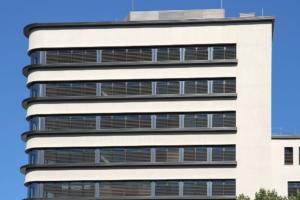 Auf dem Bild: Leipzig, moderne Fassade, Titel: Finanzierung Startup