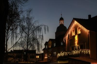 Eilenburg - Nikolaikirche mit Weihnachtsbaum und Hausfassade mit Beleuchtung