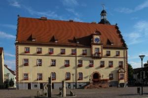 Eilenburg - Marktplatz mit Rathaus und Brunnen, der die Sage um die Heinzelmännchen thematisiert