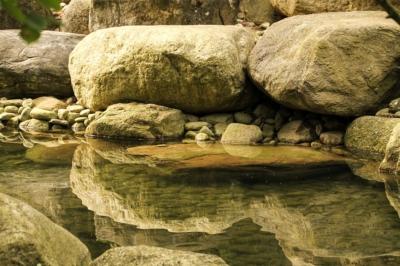 IGA Berlin 2017 - Steine und Spiegelungen im Wasser im Koreanischen Garten