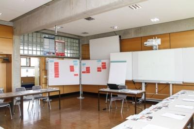 Vorbereitung des Raumes in Großenhain zum Workshop Fachkräftesicherung im Landkreis Meißen