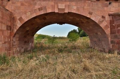 Ein Bogen der Pöppelmannbrücke in Grimma - Welten verbinden!