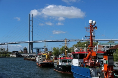 Rügendamm mit Schiffen von Dähnholm aus gesehen
